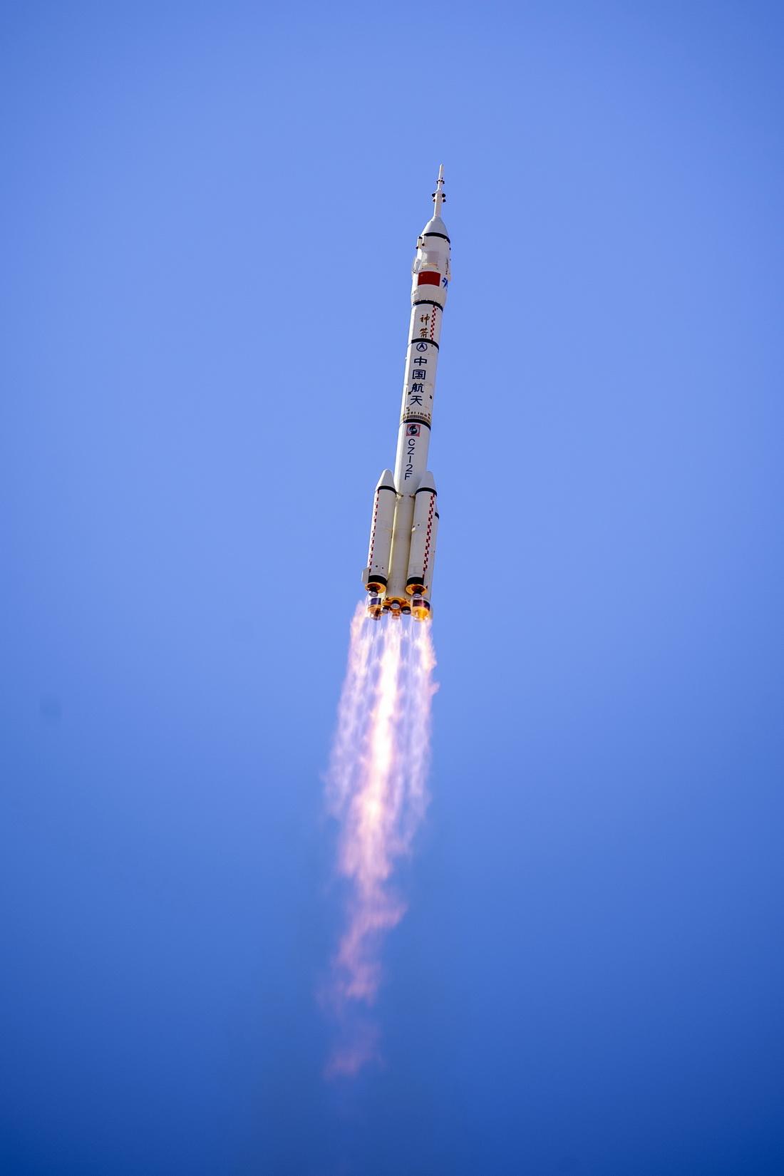 2021年6月17日,搭载着神舟十二号载人飞船的长征二号F遥十二运载火箭在酒泉卫星发射中心点火升空。
