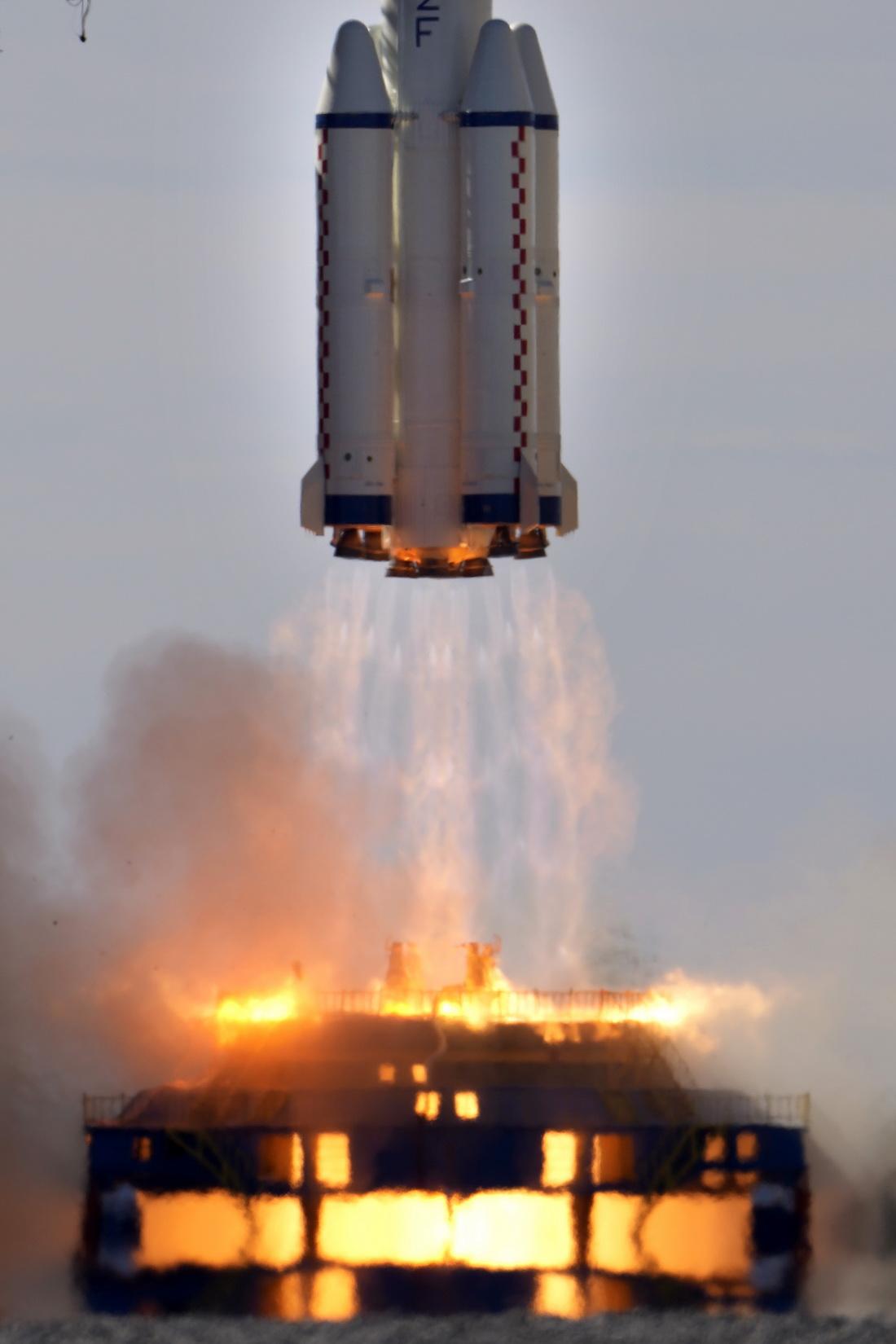 2021年6月17日,长征二号F遥十二运载火箭点火瞬间。
