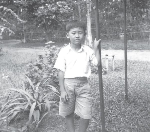 七八岁大时,身穿学校制服的王赓武。