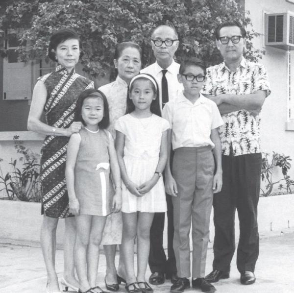 1968年,王赓武(右一)与家人,新加坡。拍摄此照后不久,全家迁往澳洲。