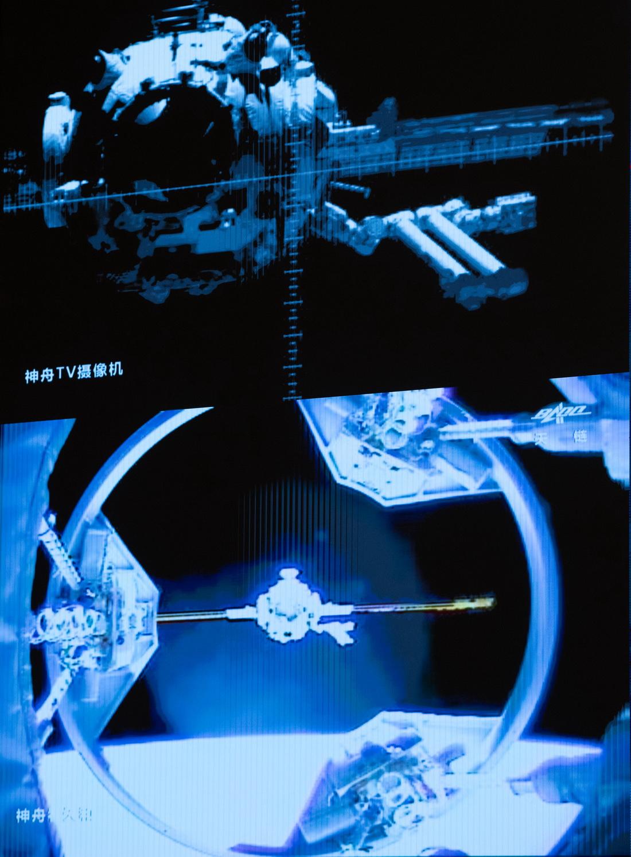 这是6月17日在北京航天飞行控制中心拍摄的神舟十二号载人飞船与天和核心舱自主快速交会对接画面。 新华社 图