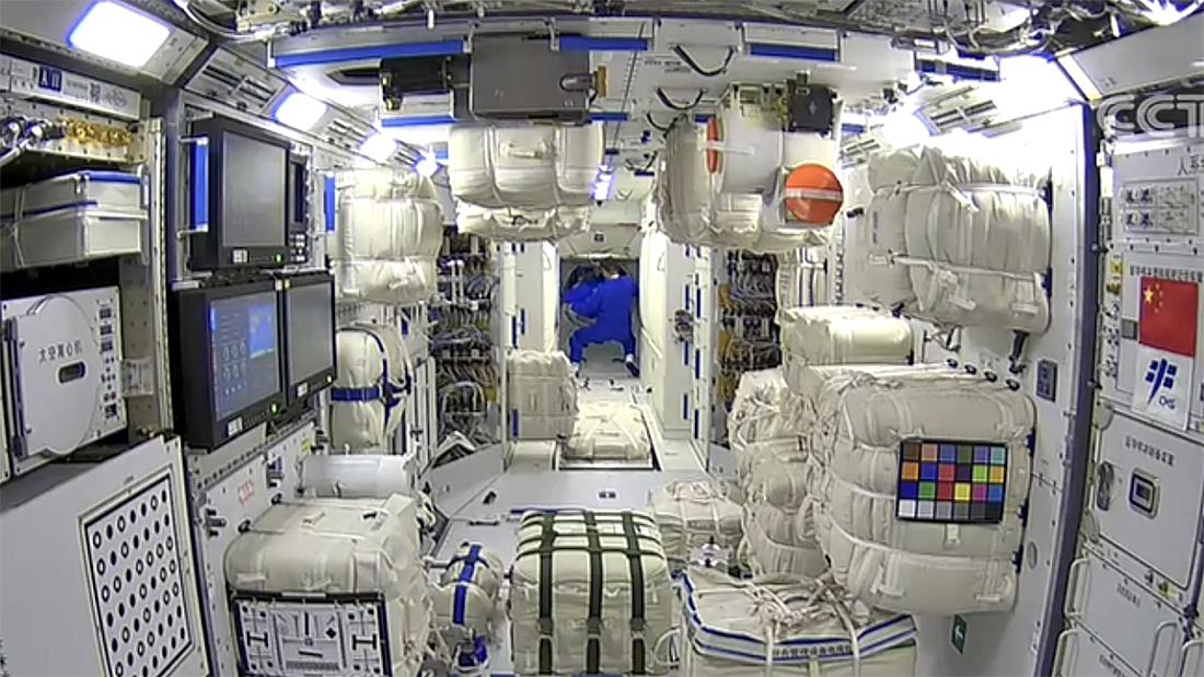 从天和核心舱往节点舱拍摄的航天员聂海胜首先进入核心舱的画面。