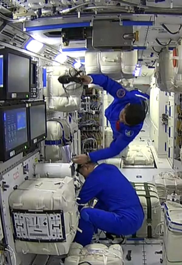 航天员聂海胜、刘伯明、汤洪波先后进入天和核心舱的画面。