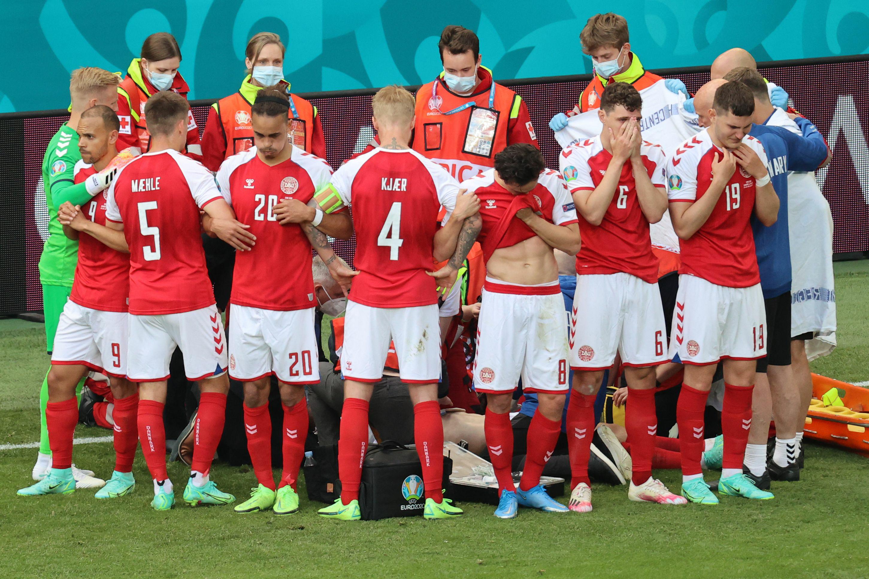 丹麦球员保护埃里克森隐私,围成了一圈。