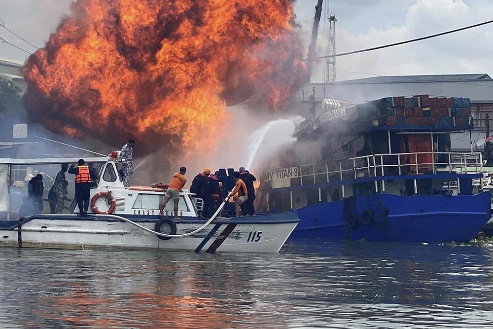 当地时间2021年6月12日,菲律宾马尼拉,马尼拉一处码头清晨发生火灾,已造成6人受伤、2人失踪。