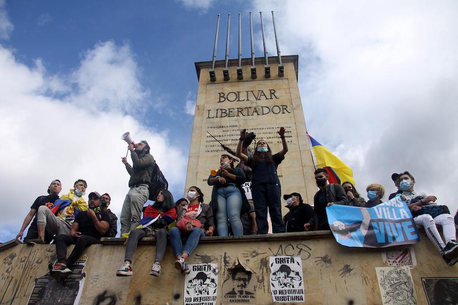 2021年5月12日,哥伦比亚的全国罢工示威活动持续。据哥伦比亚媒体报道,数以万计的民众自4月28日起走上街头抗议,一开始是反对政府提交国会的税改方案,后来则演变成对杜克政府的示威。