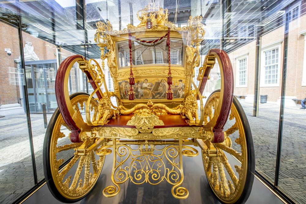"""当地时间2021年6月16日,荷兰阿姆斯特丹,当地博物馆将在6月18日展出荷兰王室""""黄金马车""""(golden coach)。从1898年开始,这辆""""黄金马车""""陪伴荷兰王室出席了许多重要场合,每年9月的""""王子日"""",荷兰国家元首还会乘坐其前往议会发表国情咨文。2015年,这辆饱经沧桑的御驾被送去修护。""""黄金马车""""此前被打上了""""种族主义""""""""美化殖民""""的标签,人们指责马车侧板的绘画中印度裔和非洲裔向白人女性鞠躬跪拜的画面,是在暗示""""白人至上""""。"""