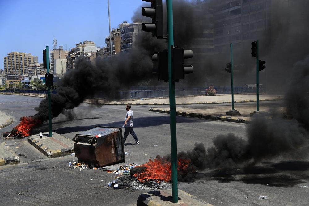 当地时间2021年6月17日,黎巴嫩贝鲁特,近日在包括首都贝鲁特等多地的民众举行罢工示威活动,示威者阻断道路交通,抗议经济持续恶化和汇率上涨。