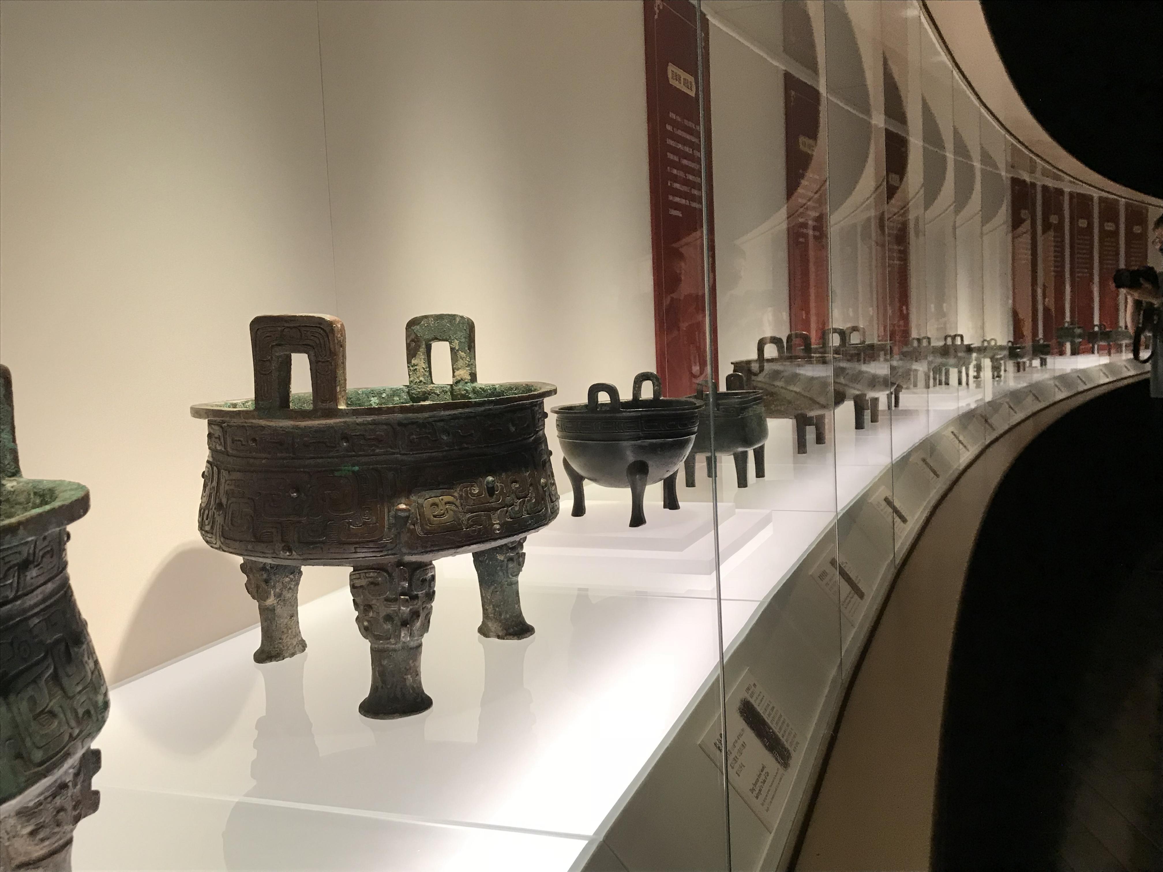 展厅现场,来自社会各界人士捐赠的青铜鼎