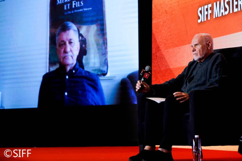 两位名家对谈:俄罗斯导演亚历山大·索科洛夫(左)和意大利电影制片人马可·穆勒