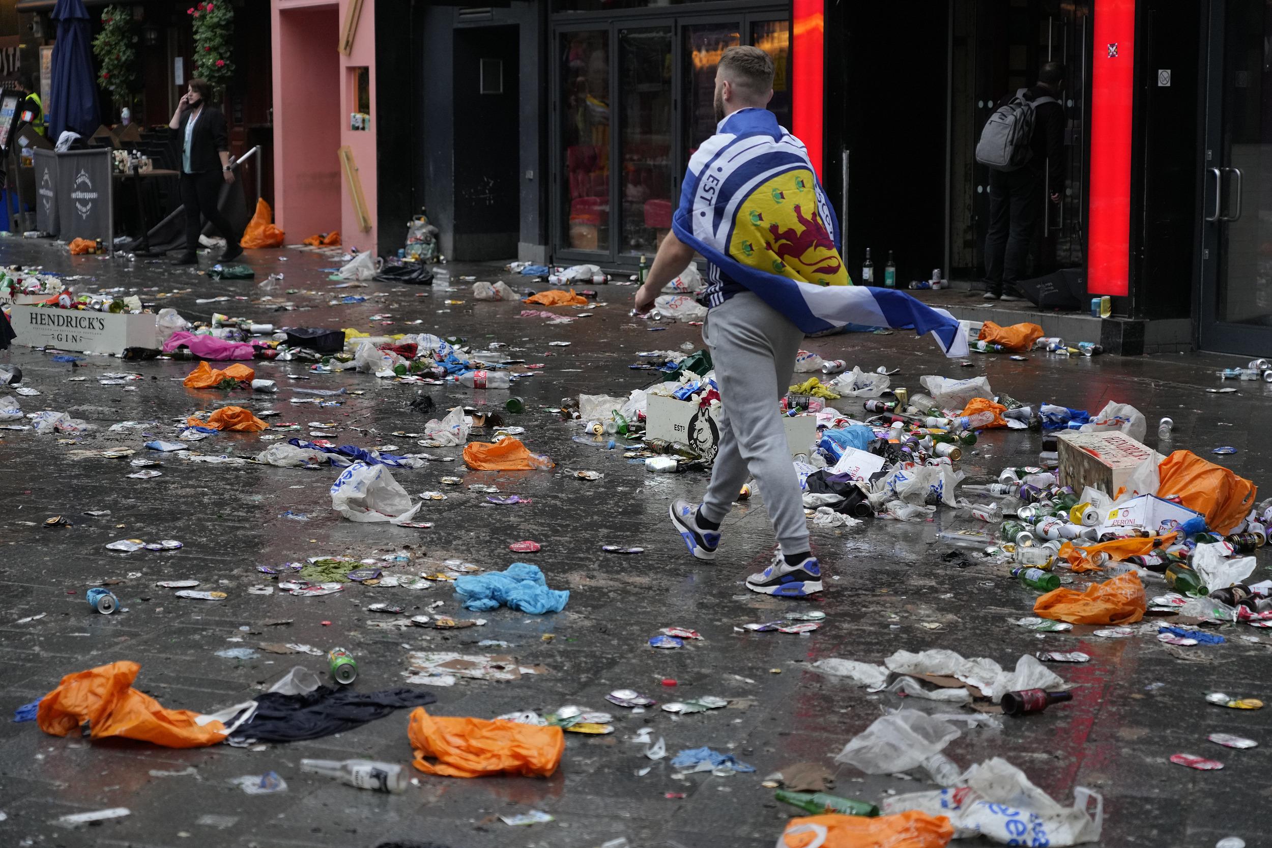 苏格兰球迷走后,留下满地垃圾。