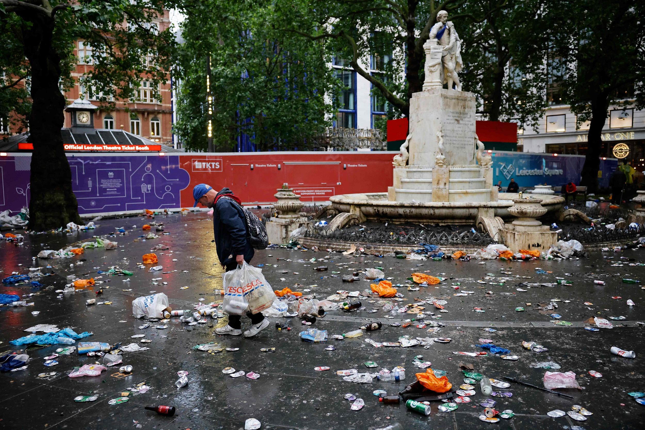 伦敦街头一片狼藉。