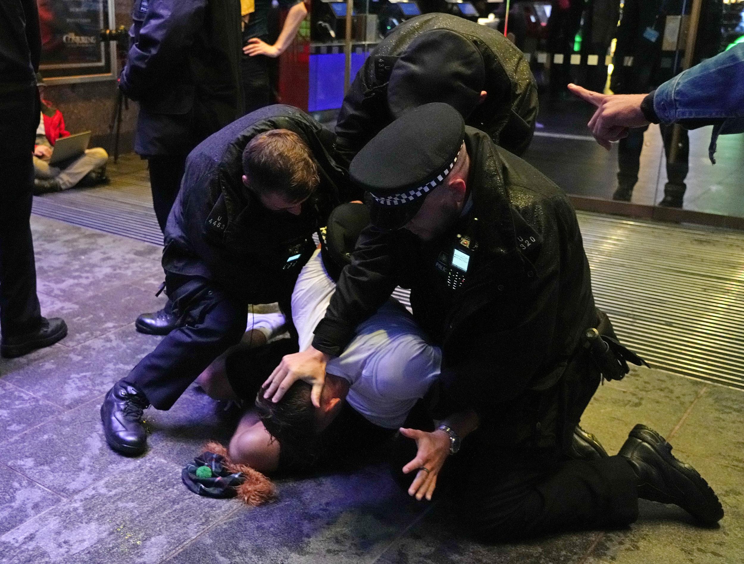 警方逮捕闹事苏格兰球迷。
