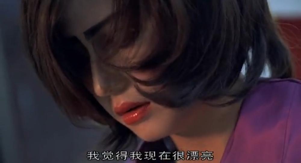 """赵薇在影片中饰演阿梅,夸张而粗糙的化妆风格,已经不能让人觉得好笑了。更有一种小人物空有意愿,却无力改变自己命运的悲哀。和""""咸鱼的梦想""""联系在一起看,是颇为扎心的现实。"""