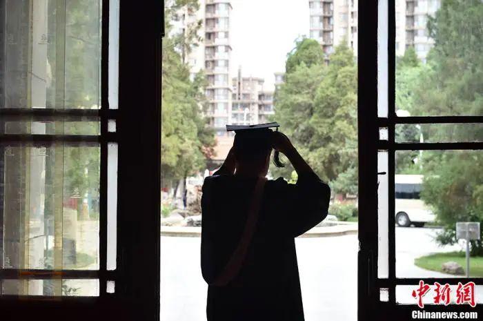 今年毕业的动画与数字艺术学院本科生党支部书记周新宇。中新网记者 李骏 摄