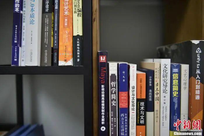 """""""电竞专业""""同学书架上的书籍。中新网记者 李骏 摄"""