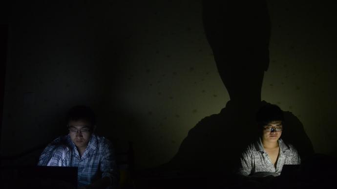 """当""""夜猫子""""真会快乐?新研究:晚睡的人更易抑郁"""