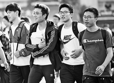 2021年6月8日,在江苏省淮安市清江中学考点,英语考试结束,考生走出考场。光明图片