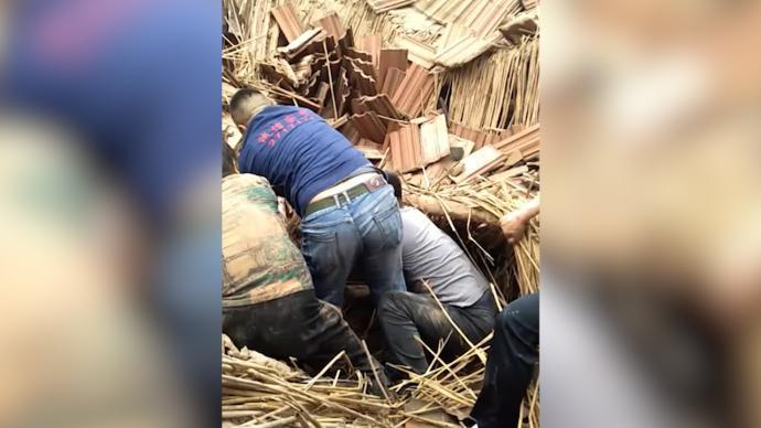 废弃工棚坍塌母女被困,空调安装师傅见义勇为
