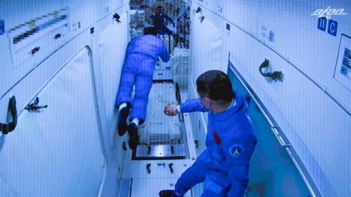"""在太空的第一宿三名航天员睡得如何?""""床""""长什么样?"""