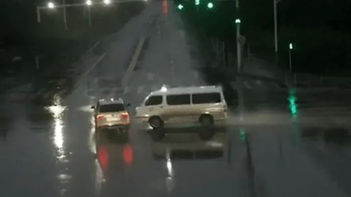 河南一救护车闯红灯出车祸负全责,媒体:优先权也有边界