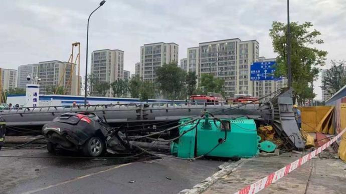 浙江宁波一工地桩机发生倒塌:一轿车被压,车内2人被困