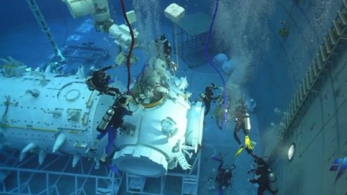 365bet网站丨神舟十二号飞行乘组模拟失重环境水下训练