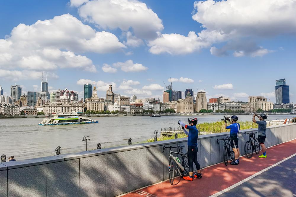 2020年10月8日,上海,众多市民在滨江大道上骑行。人民视觉 图