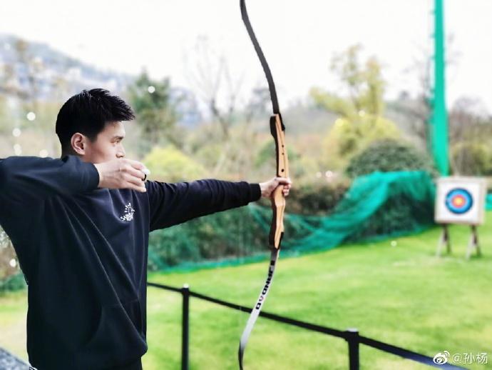 孙杨尝试射箭。