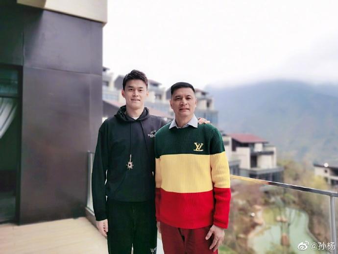 今年过年,孙杨在微博晒出和爸爸的合影。