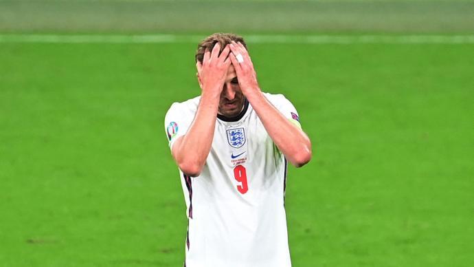 金靴射手踢后腰,英格兰最卑微的队长,就是凯恩你了