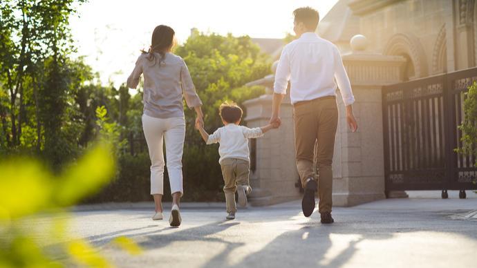 媒体:延长父亲陪产假的建议,是鼓励父亲承担起更多养育责任