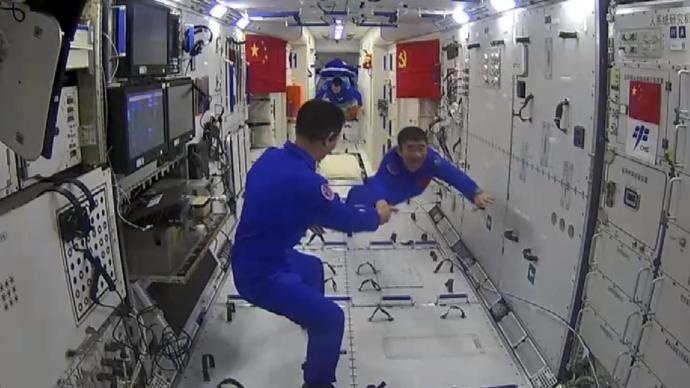 365bet网站丨集合了!神舟十二号航天员穿舱而来