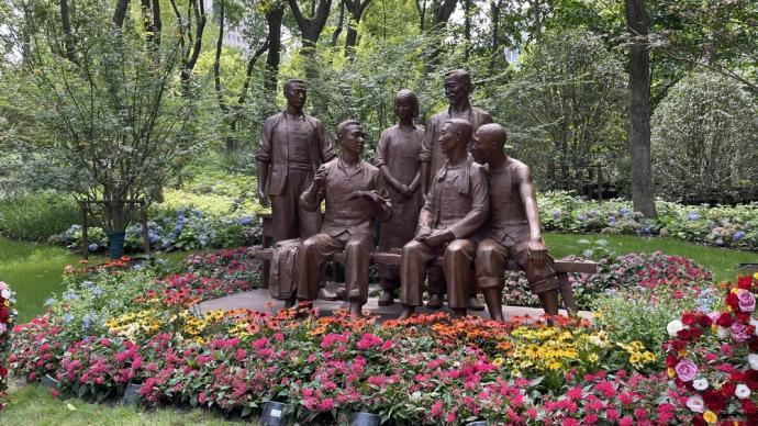 毗邻中共一大纪念馆,上海机器工会纪念雕塑正式落成