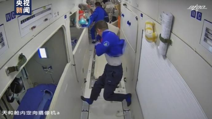 365bet网站|起床、穿衣、吃饭、工作,这是航天员在太空的一天