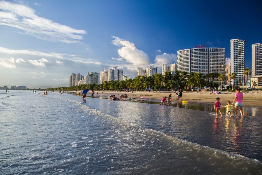 三亚湾是一片绵延22公里的海滩,椰树林由东向西延伸,光是驱车沿海岸线兜风,就已经十分惬意了。