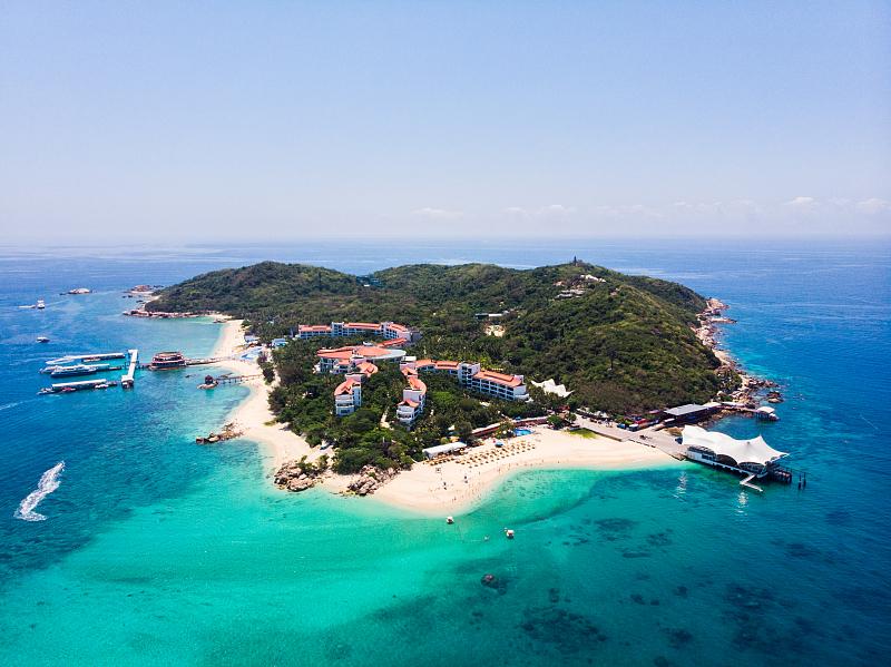 蜈支洲岛是一座集海岛观光、项目游玩、蜜月度假和亲子旅游等于一体的国家海岸海岛旅游度假综合体。