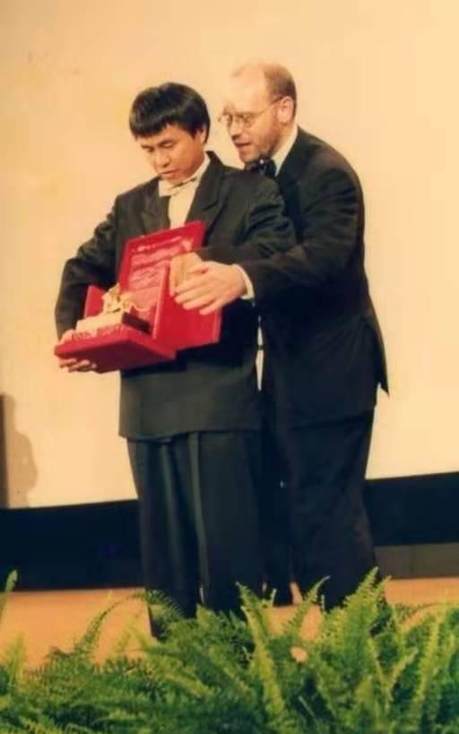 1989年,侯孝贤上台领取金狮奖。