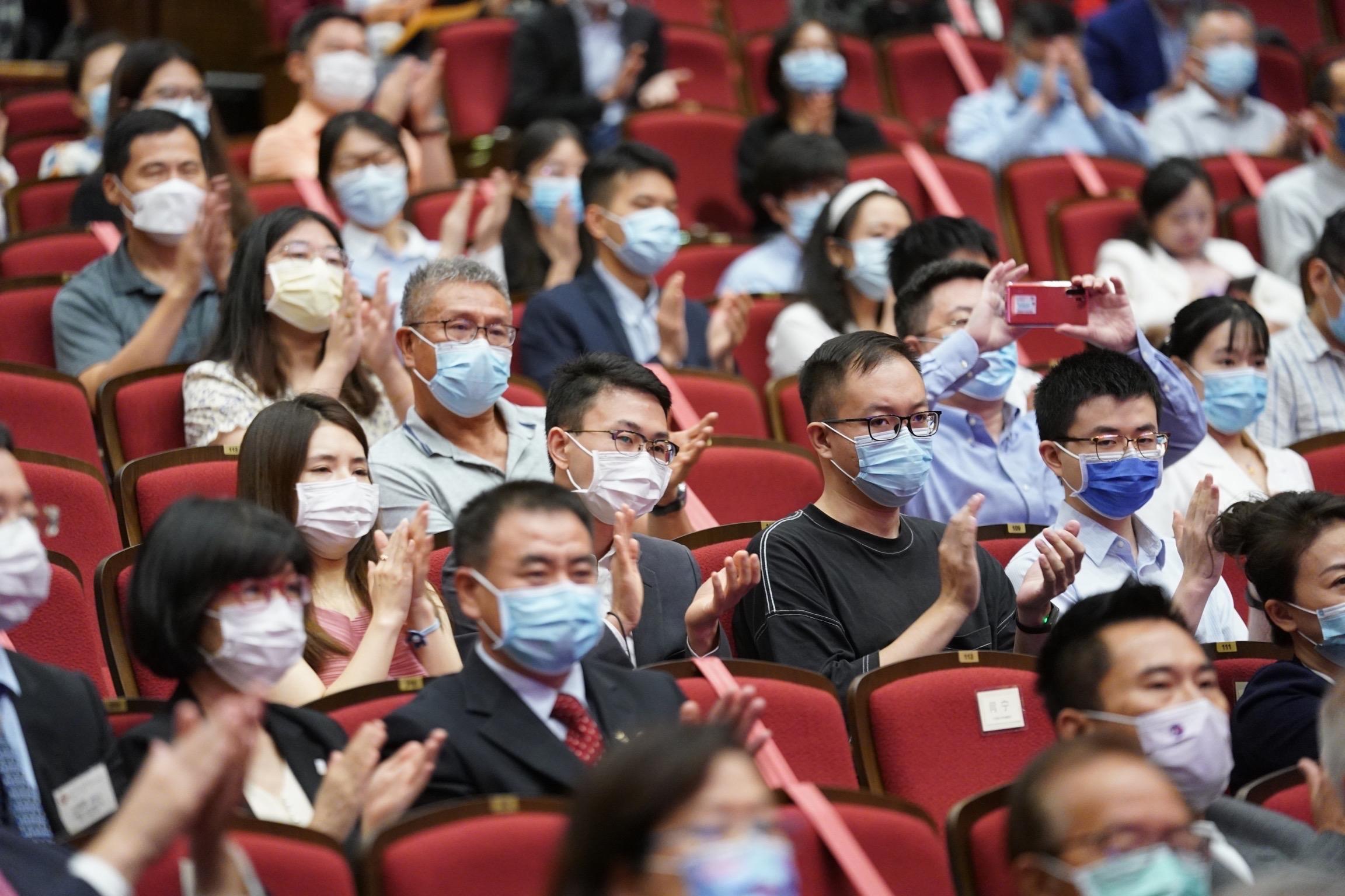 6月23日,在香港理工大学,听众在讲座结束后鼓掌。 新华社 图