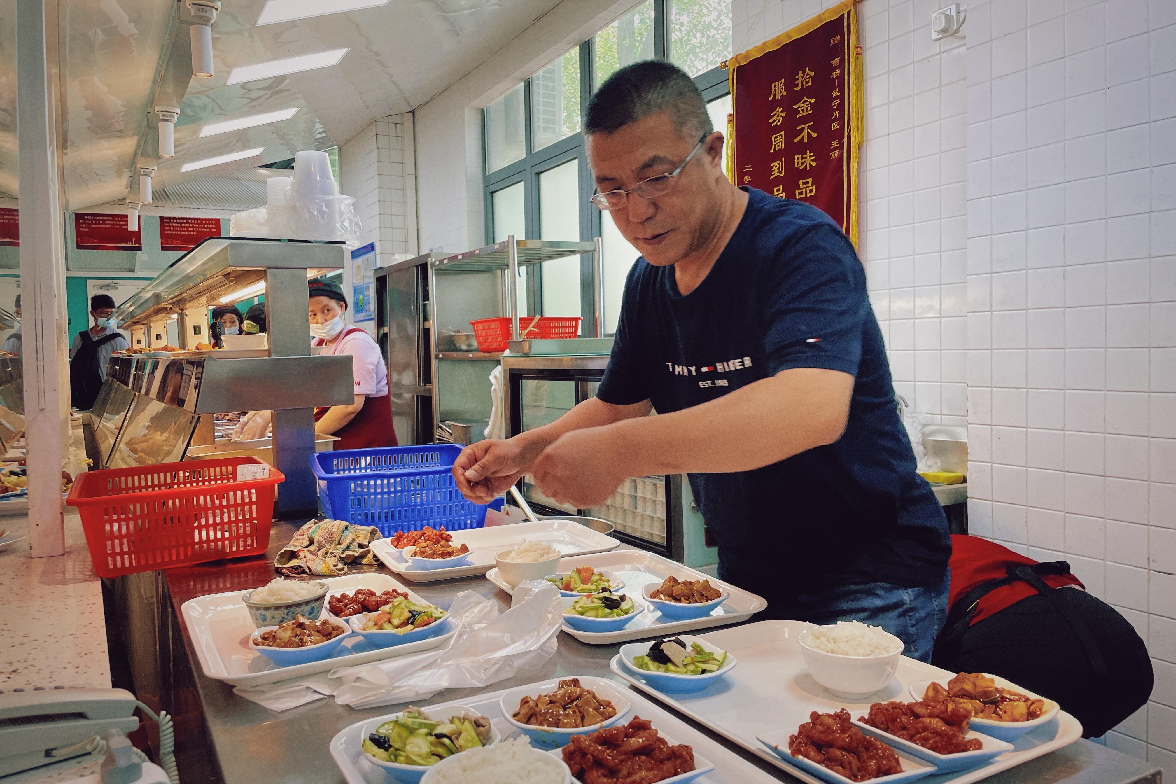周良在备餐工作中。 澎湃新闻记者 梁嫣佳 图