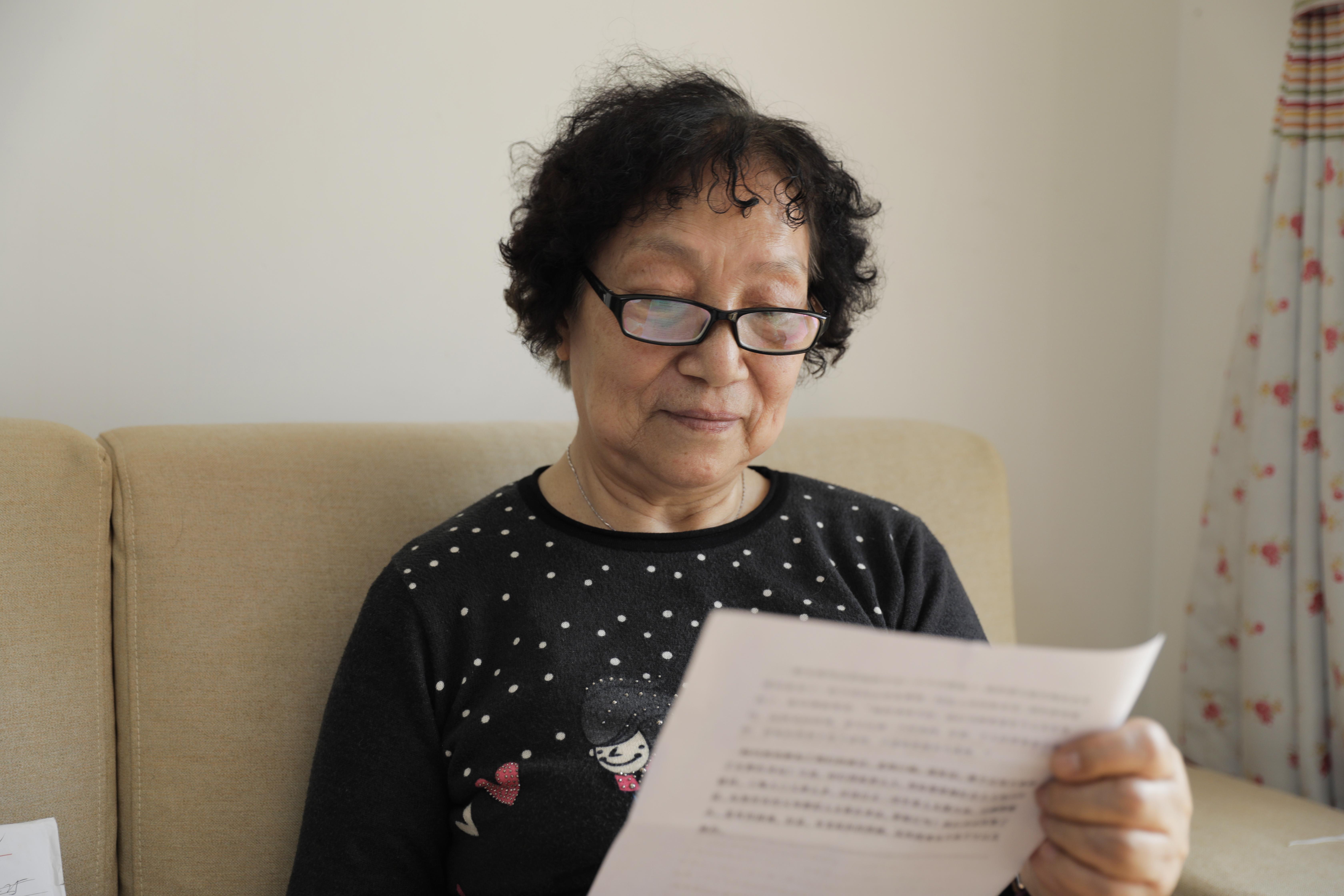 报道中陈文俊的女儿陈福娟读起了当年的文章,谈及与父母的往事,姐弟几人感慨良多。冯锐 图