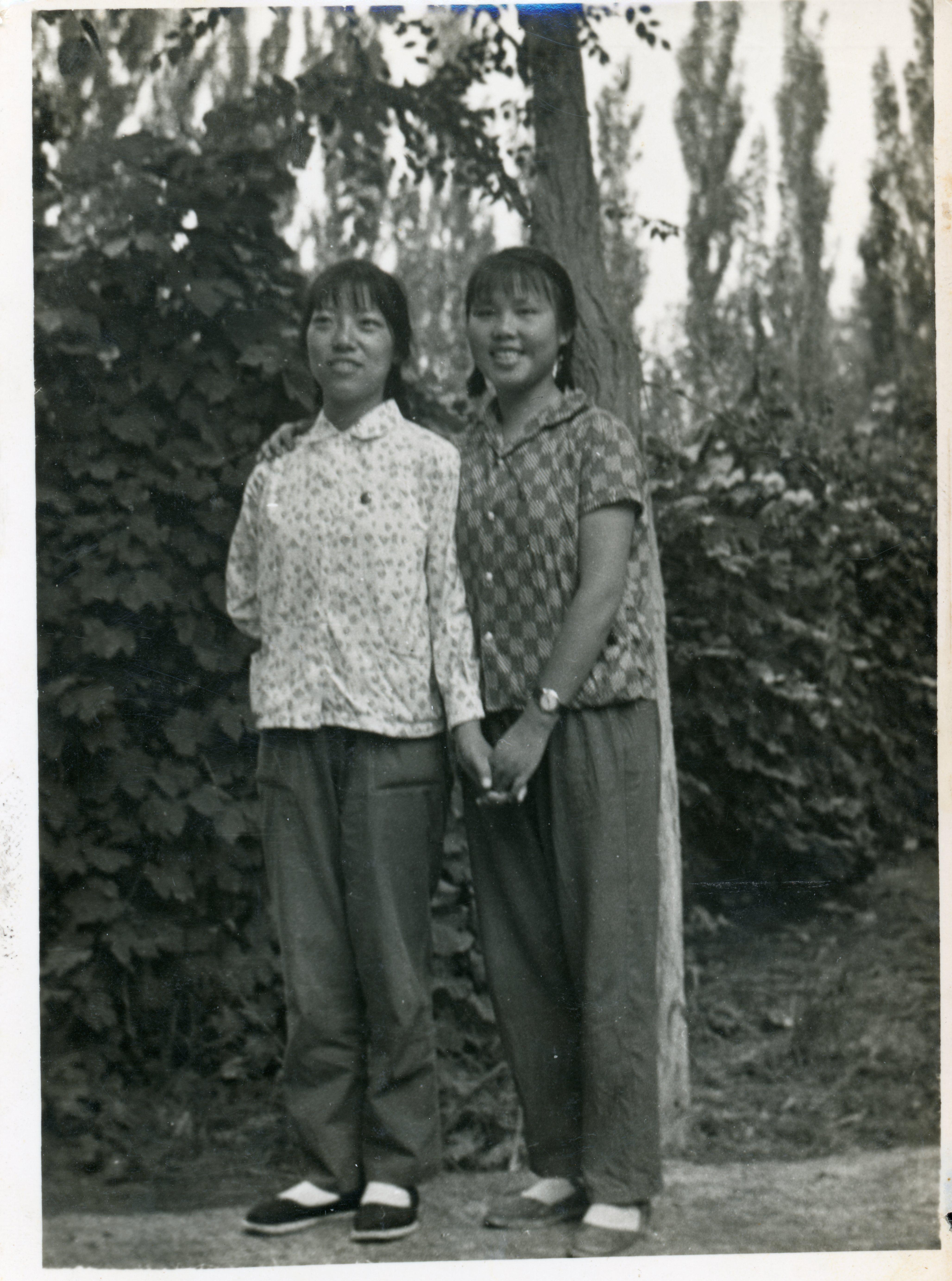当年,陈福娟(左)与小姐妹一起在新疆的合影。 陈福娟 供图