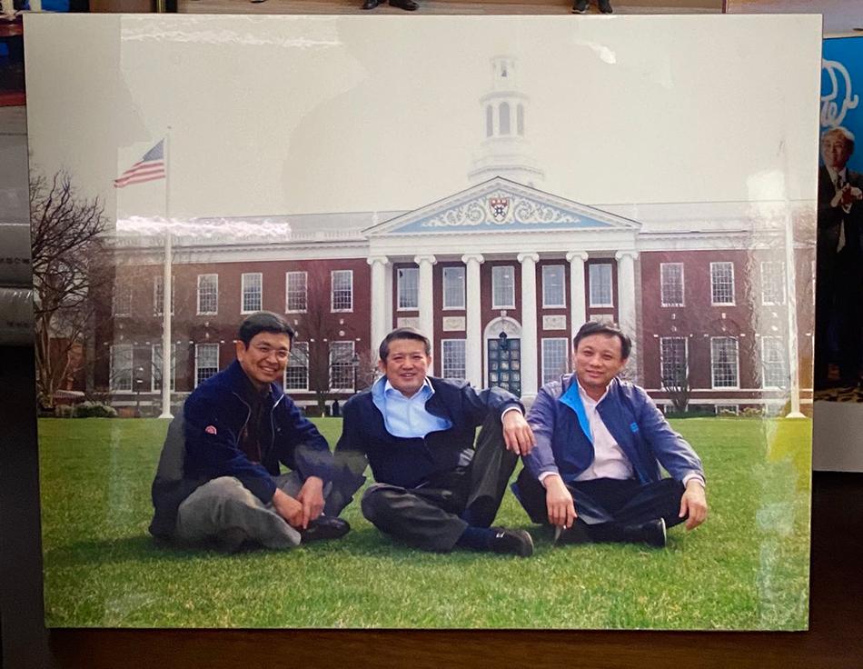 田源、陈东升、毛振华(从左到右)在哈佛商学院