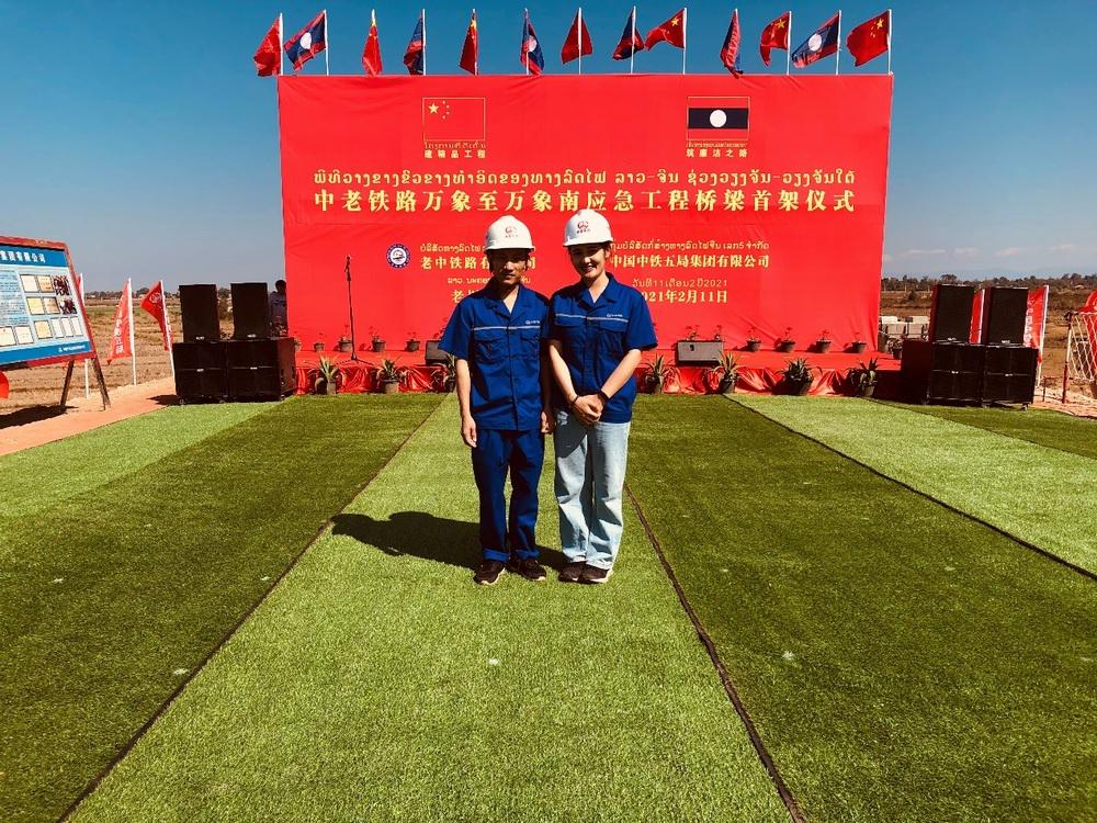 上海应用技术大学铁路工程专业的老挝本科留学生在中老铁路建设现场实习。 上海应用技术大学供图