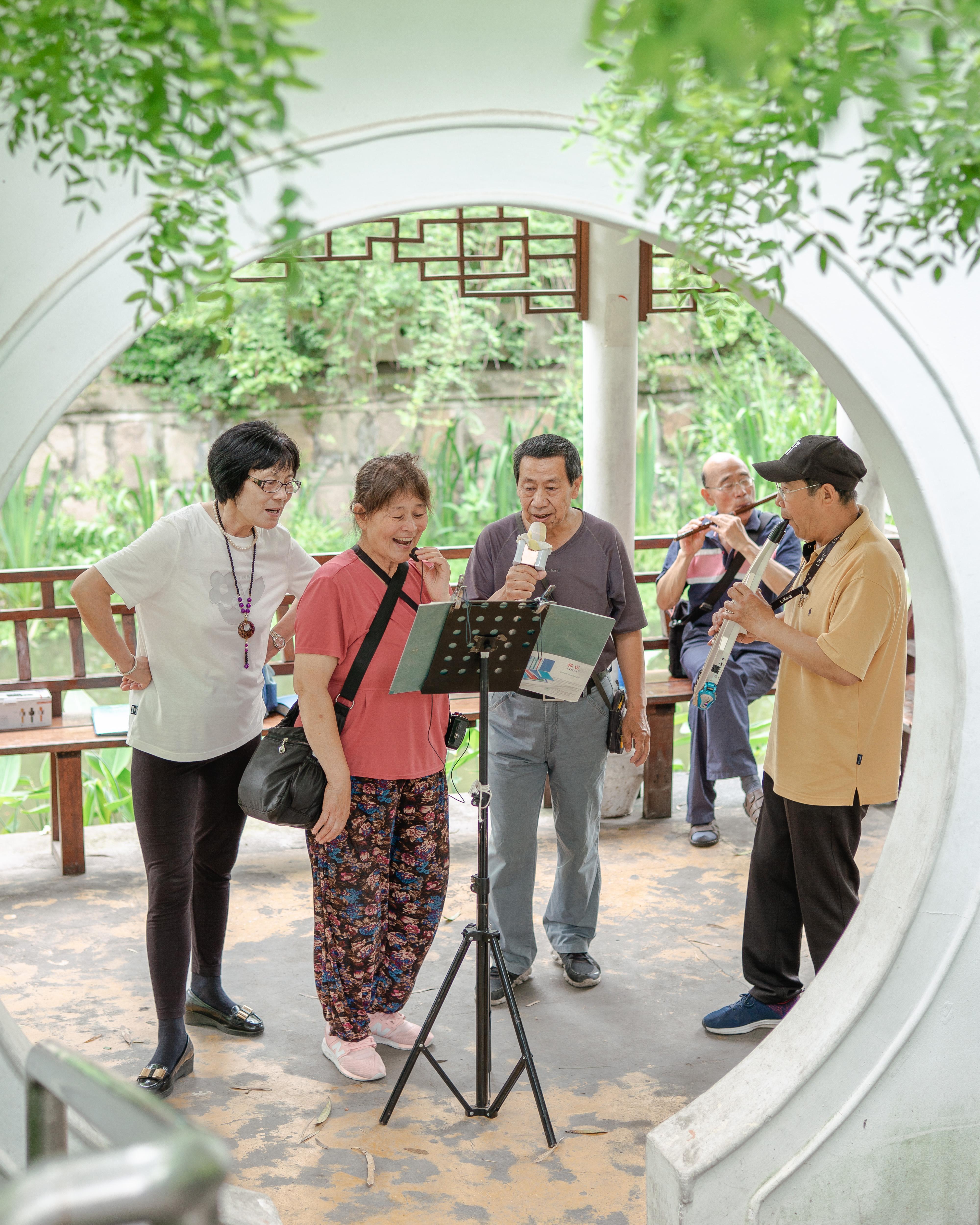 兰溪青年公园里,热爱合唱的居民们聚集在一起。 高征 图