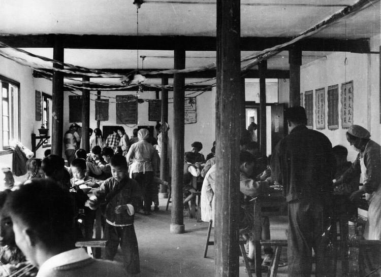 60年代,曹杨新村街道党委对食堂的管理非常用心。 曹杨新村街道办事处 供图