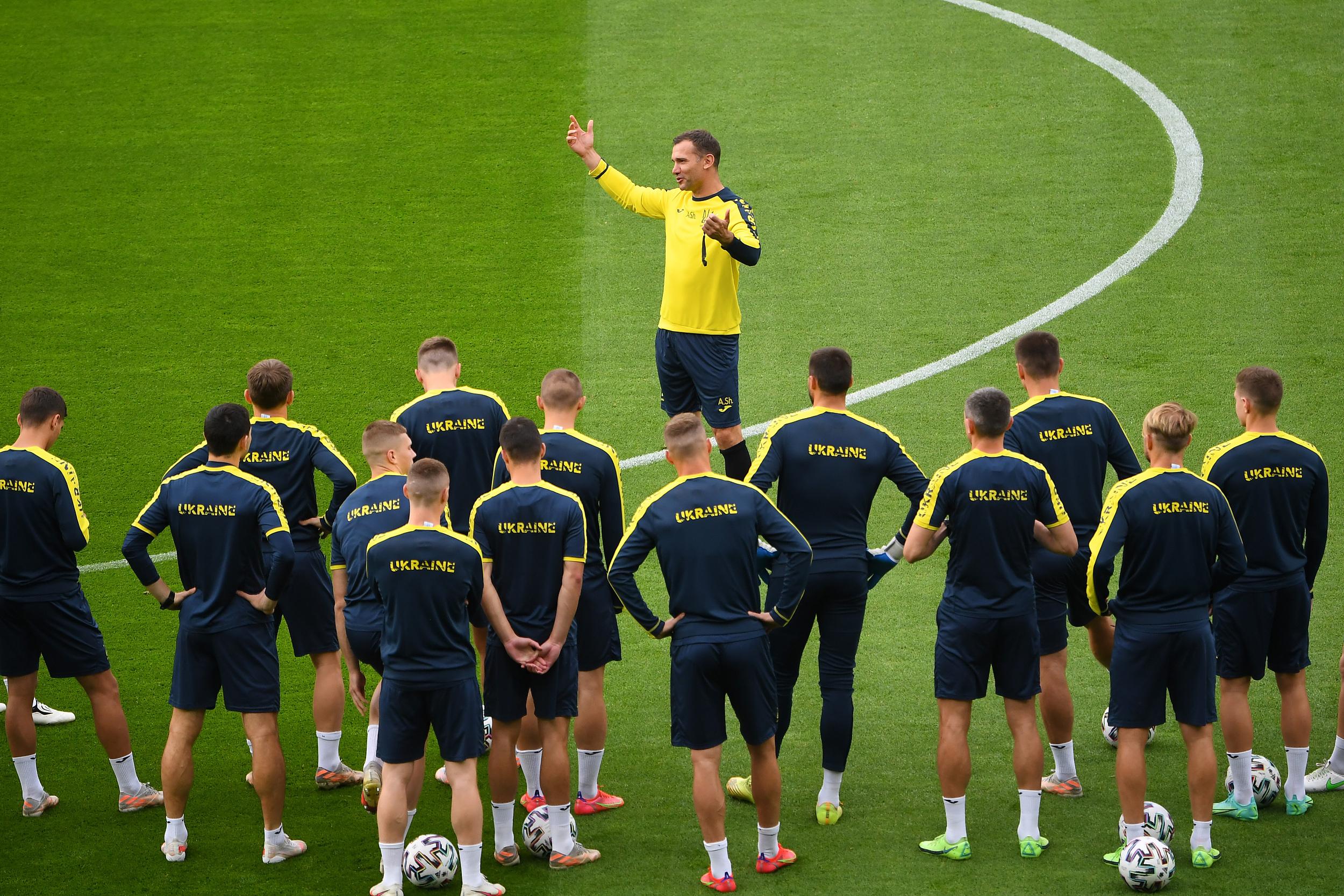 舍甫琴科指导乌克兰赛前训练。