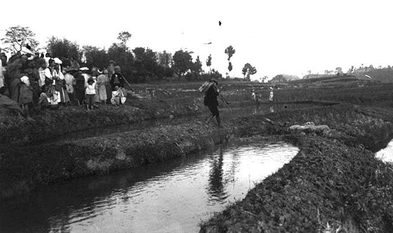图9、渠县赵家寨石兽残肢发现现场,谢阁兰考察团1914年拍摄
