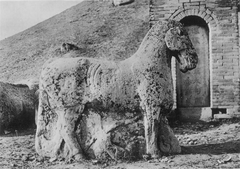 """图13、霍去病墓前石刻""""马踏匈奴"""",谢阁兰考察团1914年拍摄"""