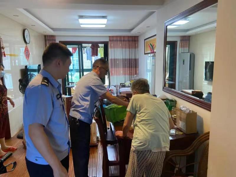 張杭和同事為費奶奶送餐。警方供圖